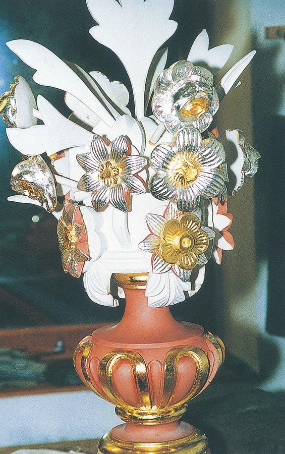 Les trois pots-à-fleurs du buffet ont été reconstitués à l'identique et copiés sur ceux du grand orgue. Sculptés en bois de tilleul, ils ont été enduits de peinture à la détrempe. Les feuilles d'or jaune et d'or blanc sur les fleurs ont été enduites d'un léger glacis coloré en rouge et bleu