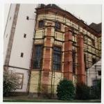 Mise en peinture du côté nord du choeur, état en 1993: enduit jaune paille et contreforts en pierre de taille en grès peint en rouge. Photo F. Zvardon