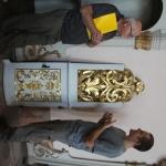 Discussion autour d'une porte de confessionnal restaurée. Photo G. Poinsot